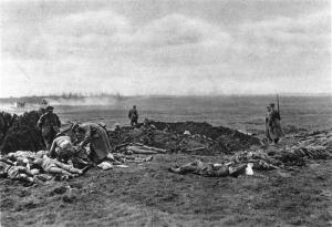 Prisioneros cavando una fosa común en 1914